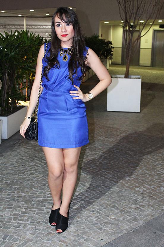 Vestido azul royal e batom vermelho